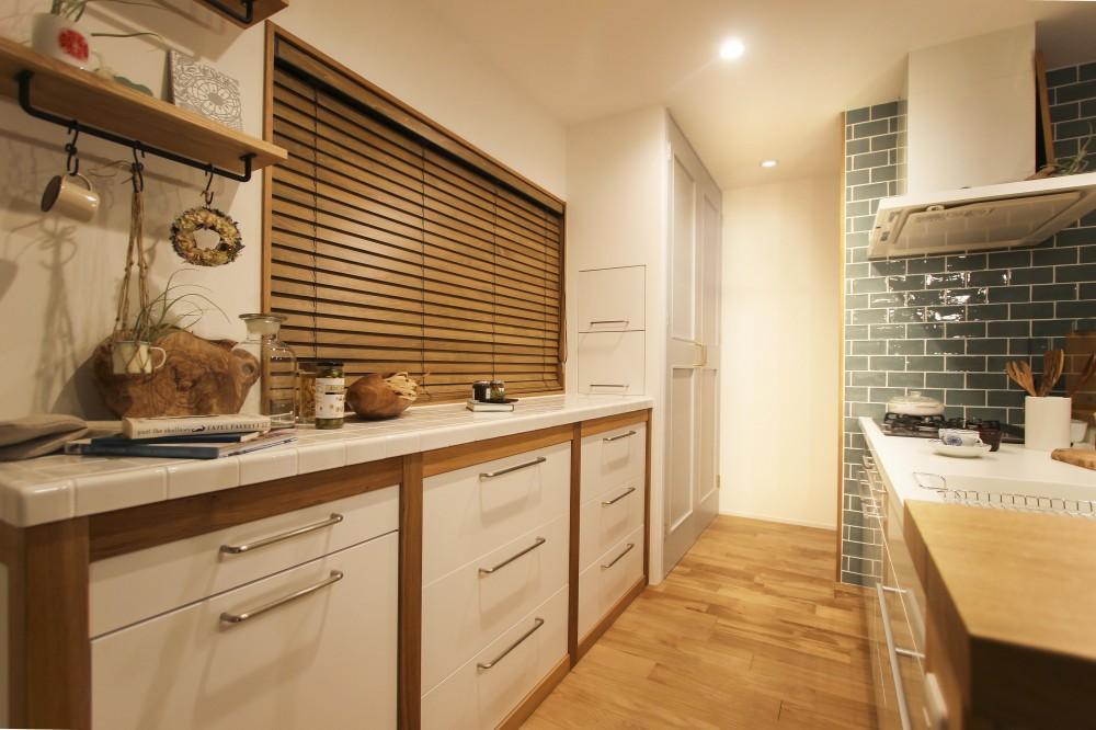 ご実家で暮らす仲良し夫婦が夢を詰め込んだ二世帯リノベ (オリジナルのキッチン収納)