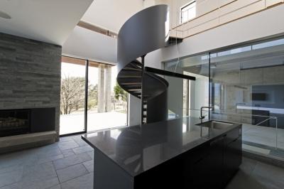 アイランドキッチンと螺旋階段 (那須の家)