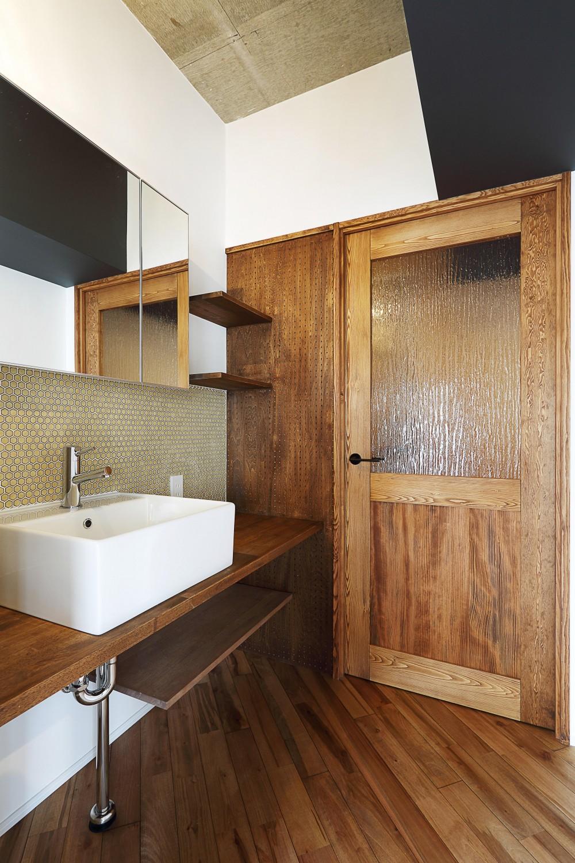 自然素材に囲まれたあたたかい空間 (洗面台・オリジナル建具)