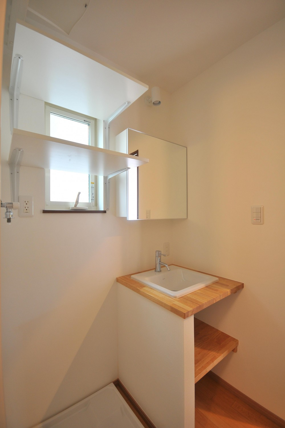 海沿いに合う白い外壁の家 (造作洗面化粧台)