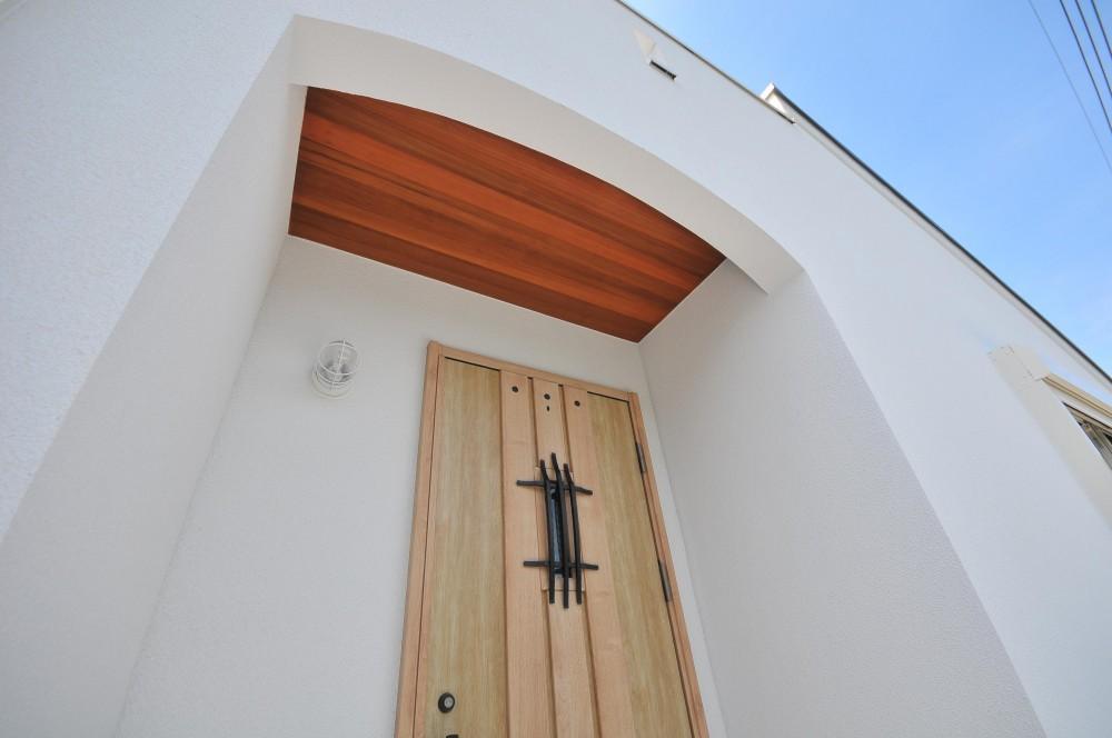 海沿いに合う白い外壁の家 (エントランス軒天レッドシダー貼り)