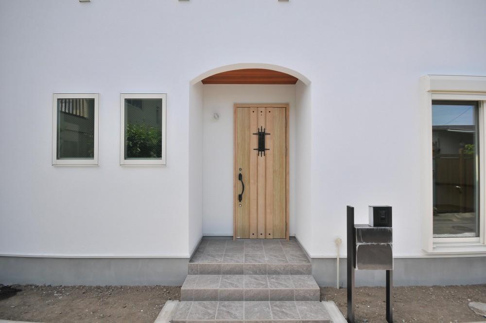 海沿いに合う白い外壁の家 (エントランス)