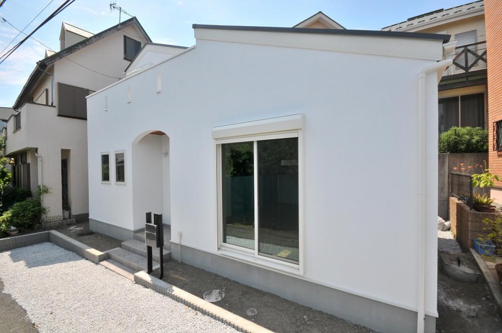 海沿いに合う白い外壁の家 (外観)
