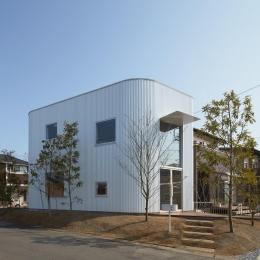 大口の家 / 五角形の曲線を持つデザイナーのアトリエハウス (5角形の個性的な外観)