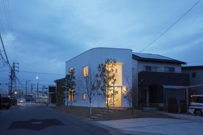 5角形の個性的な外観-ライトアップ (大口の家)