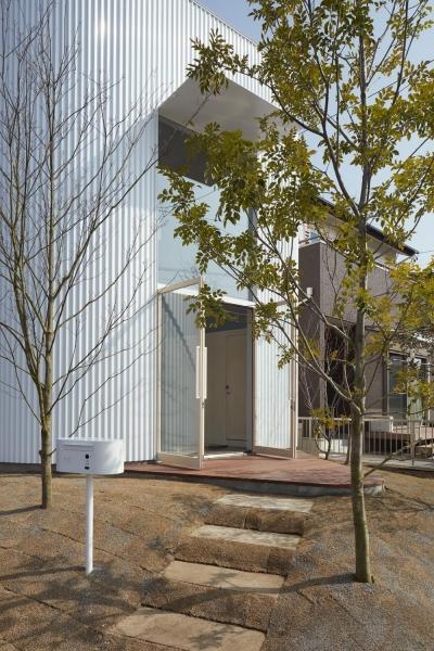 玄関アプローチ (大口の家 / 五角形の曲線を持つデザイナーのアトリエハウス)