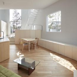 リビングダイニングキッチン (大口の家 / 五角形の曲線を持つデザイナーのアトリエハウス)