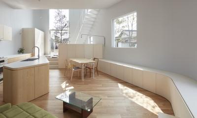 大口の家 / 五角形の曲線を持つデザイナーのアトリエハウス (リビングダイニングキッチン)