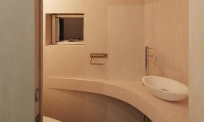 大口の家 / 五角形の曲線を持つデザイナーのアトリエハウス (トイレ)