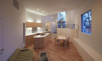 大口の家 / 五角形の曲線を持つデザイナーのアトリエハウス (リビングダイニングキッチン-ライトアップ)