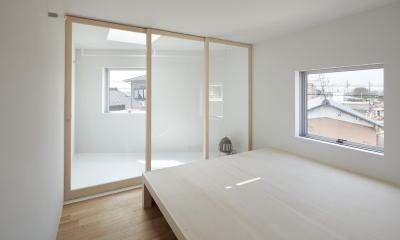 大口の家 / 五角形の曲線を持つデザイナーのアトリエハウス (サンルーム)