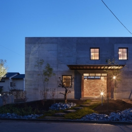 森町の家 / インダストリアルデザインと自然を取り込むコンクリートハウス (外観-ライトアップ)