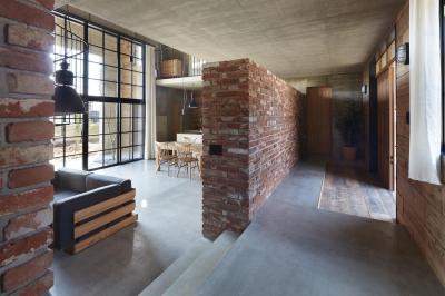 玄関 (森町の家 / インダストリアルデザインと自然を取り込むコンクリートハウス)
