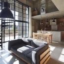 森町の家 / インダストリアルデザインと自然を取り込むコンクリートハウスの写真 吹き抜けのLDK