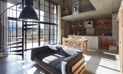 森町の家 / インダストリアルデザインと自然を取り込むコンクリートハウス (吹き抜けのLDK)