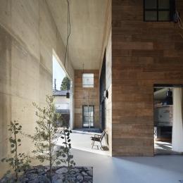 森町の家 / インダストリアルデザインと自然を取り込むコンクリートハウス