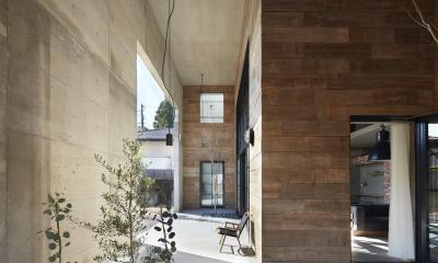 森町の家 / インダストリアルデザインと自然を取り込むコンクリートハウス (外部との間に設けた屋根付きのテラス)