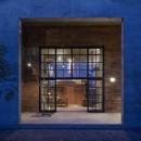 森町の家 / インダストリアルデザインと自然を取り込むコンクリートハウスの写真 リビングと一体感のある屋根付きテラス