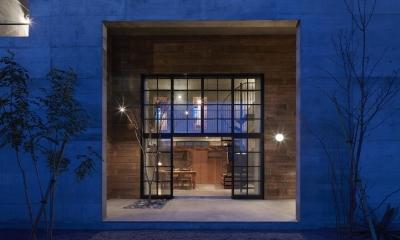 森町の家 / インダストリアルデザインと自然を取り込むコンクリートハウス (リビングと一体感のある屋根付きテラス)