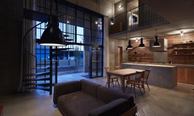 森町の家 / インダストリアルデザインと自然を取り込むコンクリートハウス (LDK)