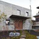 森町の家 / インダストリアルデザインと自然を取り込むコンクリートハウスの写真 玄関アプローチ