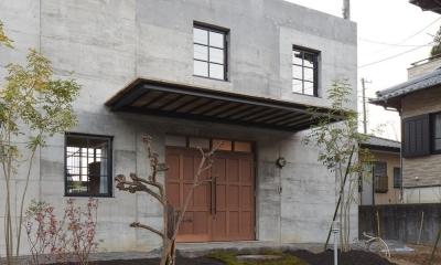 森町の家 / インダストリアルデザインと自然を取り込むコンクリートハウス (玄関アプローチ)