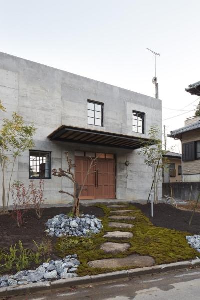玄関アプローチ (森町の家)