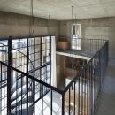 森町の家 / インダストリアルデザインと自然を取り込むコンクリートハウスの写真 廊下