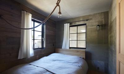 森町の家 / インダストリアルデザインと自然を取り込むコンクリートハウス (ベッドルーム)