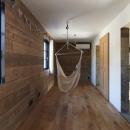 森町の家 / インダストリアルデザインと自然を取り込むコンクリートハウスの写真 ハンモックのある洋室