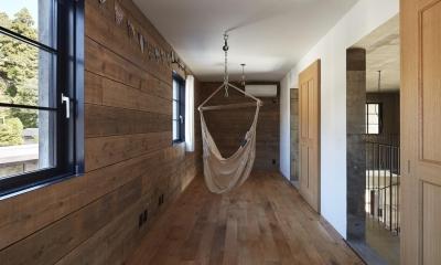 森町の家 / インダストリアルデザインと自然を取り込むコンクリートハウス (ハンモックのある洋室)