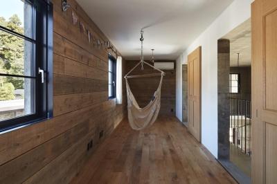 ハンモックのある洋室 (森町の家)