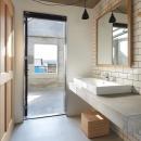 森町の家 / インダストリアルデザインと自然を取り込むコンクリートハウスの写真 テラスと一体感のある洗面室
