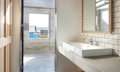 森町の家 / インダストリアルデザインと自然を取り込むコンクリートハウス (テラスと一体感のある洗面室)