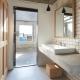 テラスと一体感のある洗面室 (森町の家)