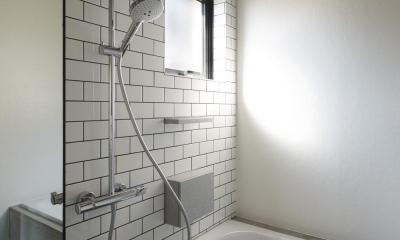 森町の家 / インダストリアルデザインと自然を取り込むコンクリートハウス (バスルーム)