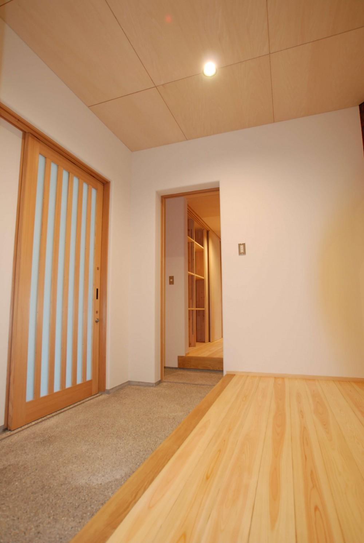 サンルームのあるUMSTの舎 (玄関)