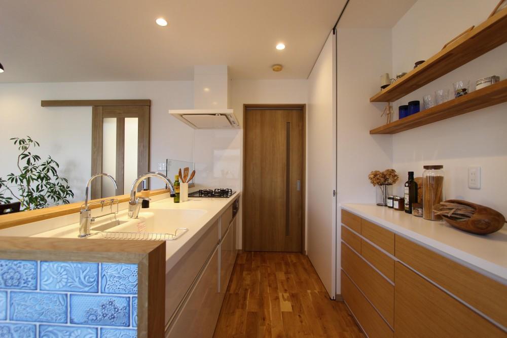 増築で実現!夢の広々リビングと対面キッチン (収納たっぷりのキッチン)