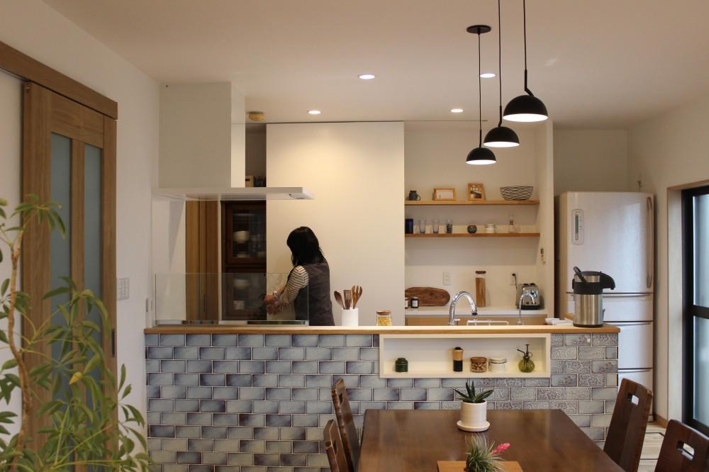 増築で実現!夢の広々リビングと対面キッチン (キッチン背面収納)