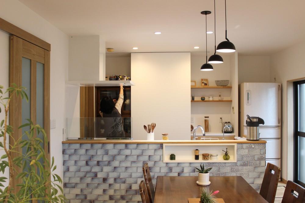 増築で実現!夢の広々リビングと対面キッチン (大きな白い扉の裏には…思い出の食器棚)