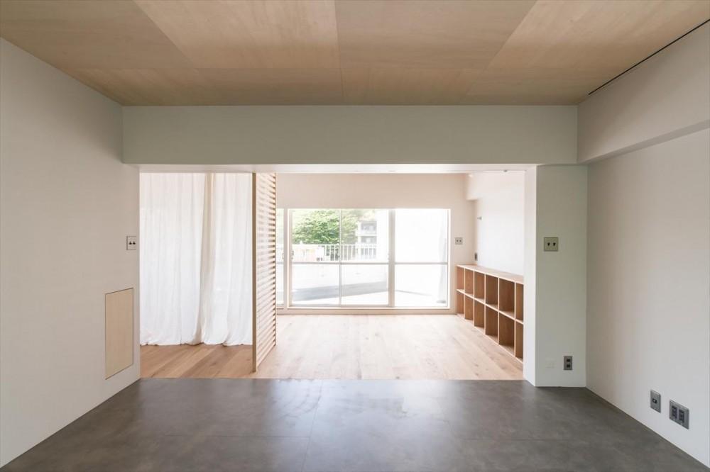 中庭を望むキッチンのあるビンテージマンションリノベ:『桜台ビレジリノベーションvol.4』(横浜市青葉区) (リビング)