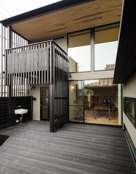 K邸の写真 広々としたウッドデッキテラス