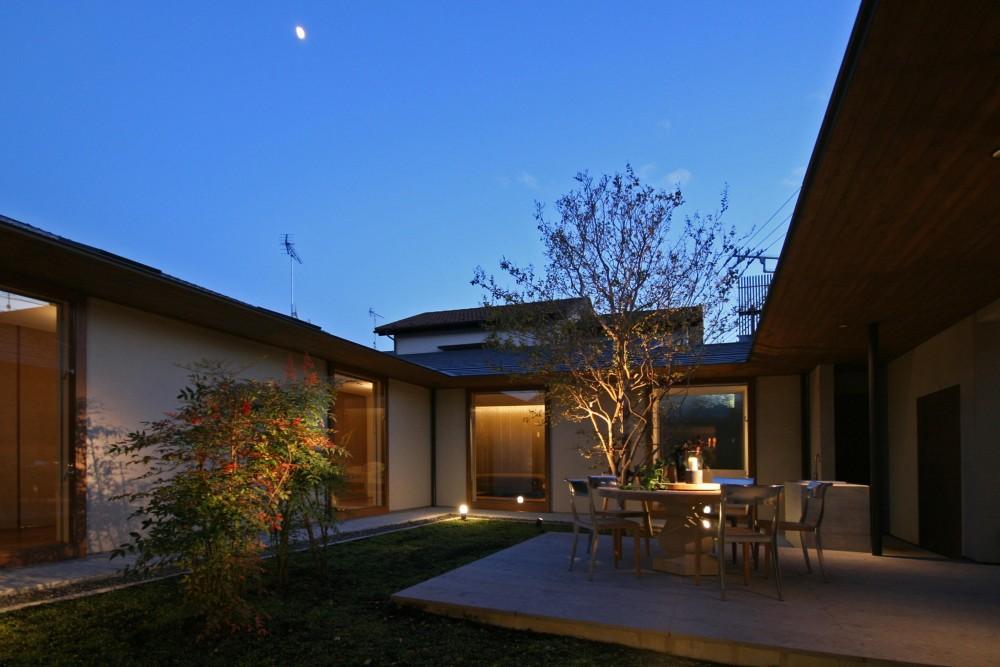 蕨の家 (夕景/中庭)