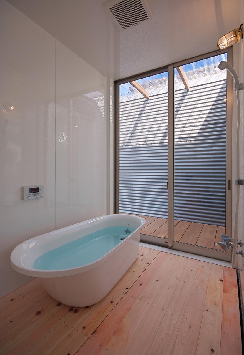 水庭の家の部屋 浴室からバスコートを見る
