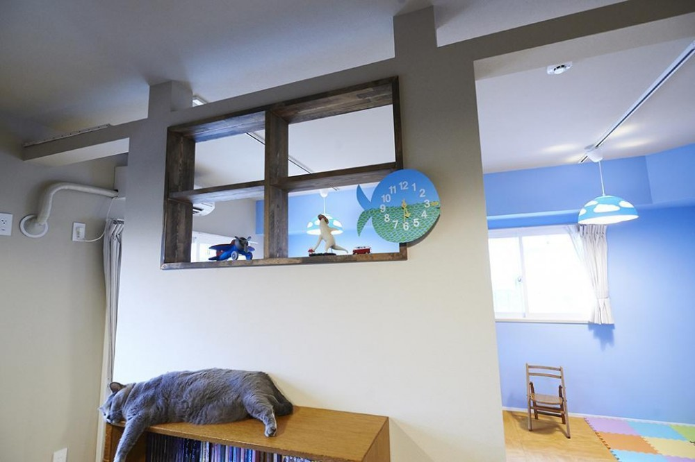 八潮団地の生活 (書斎と子ども部屋をつなぐ小窓)