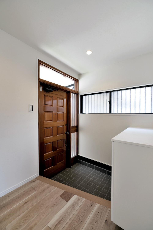 木造平屋を住み継ぐ。経年のぬくもりを生かした戸建てエコリノベ (素朴で懐かしい玄関)