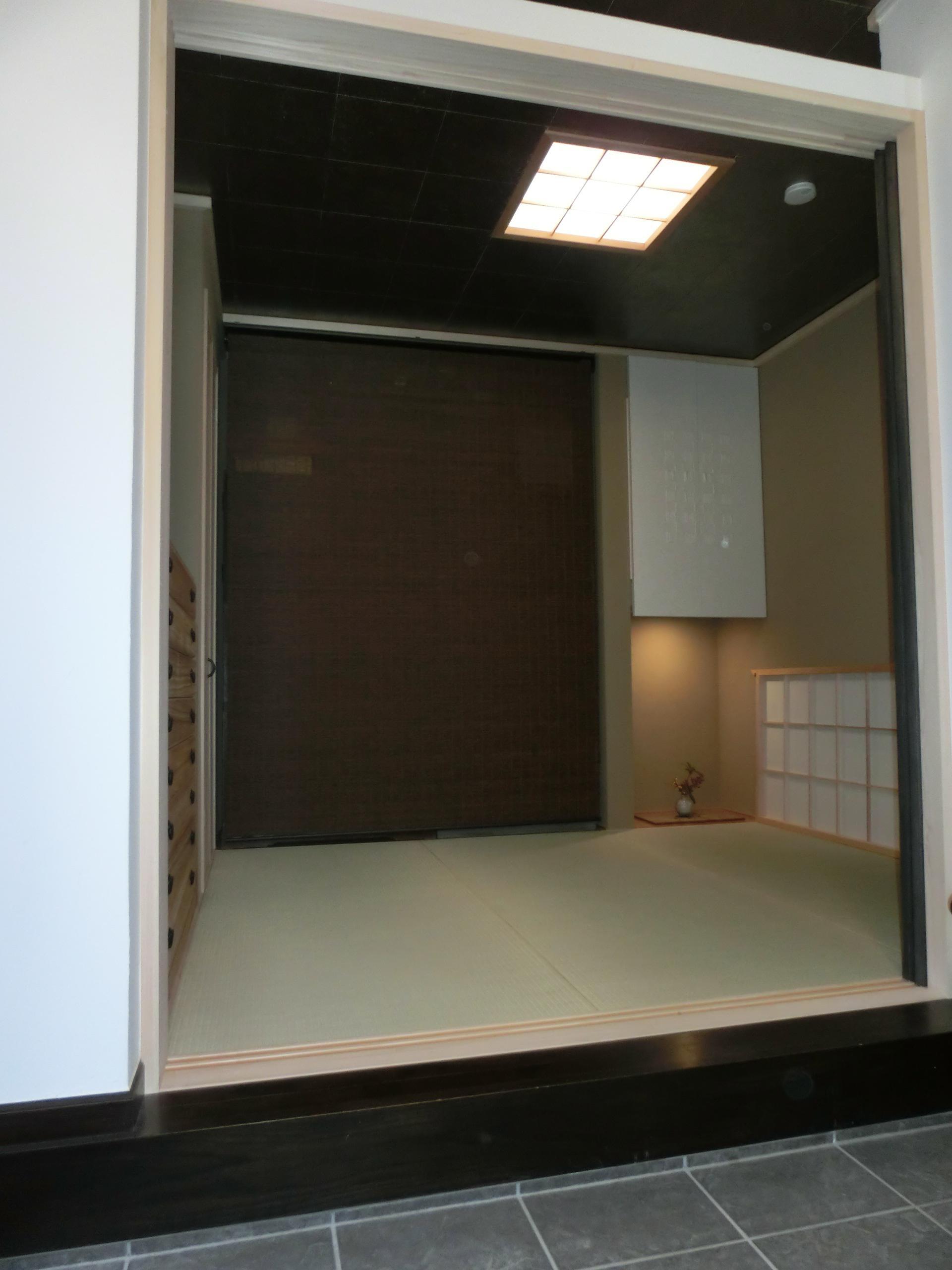 『手わざのコダワリ』と新しい建築技術の融合:東京都杉並区K様邸の写真 1階応接室から和室をみる