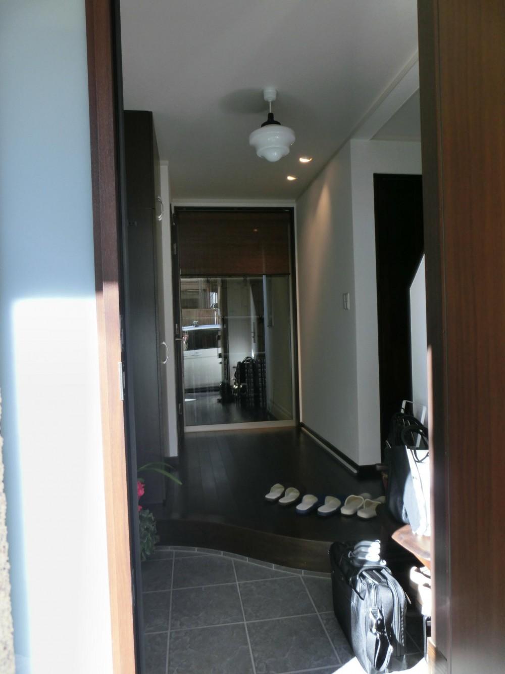 『手わざのコダワリ』と新しい建築技術の融合:東京都杉並区K様邸 (玄関)