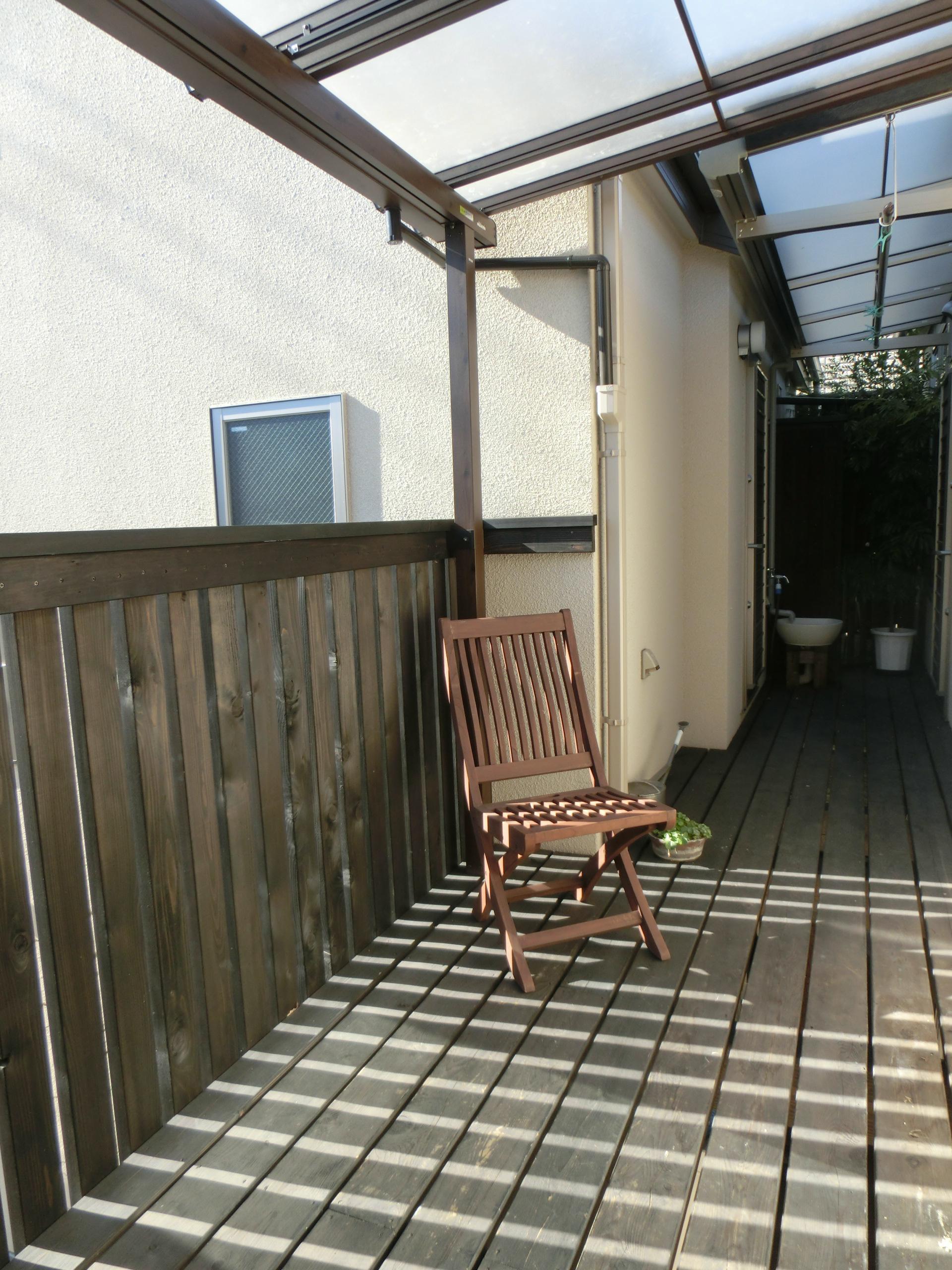 『手わざのコダワリ』と新しい建築技術の融合:東京都杉並区K様邸の写真 2階の母屋とアトリエ工房をつなぐウッドバルコニー