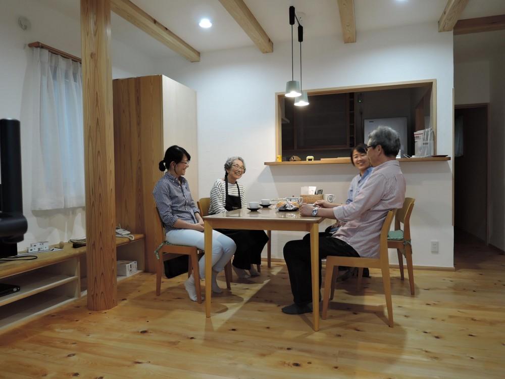 密集地の明るい機能的な家 (ダイニングルーム)